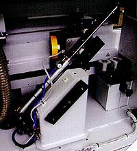 Кромкооблицовочный станок Flexa 100. Узел обработки свесов по торцу.